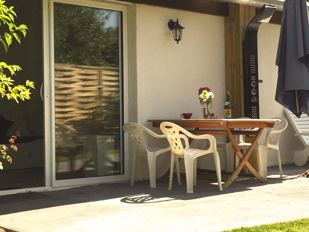 le salon donne directement sur la terrasse