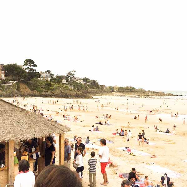 La grande plage de Saint Lunaire avec la paillotte