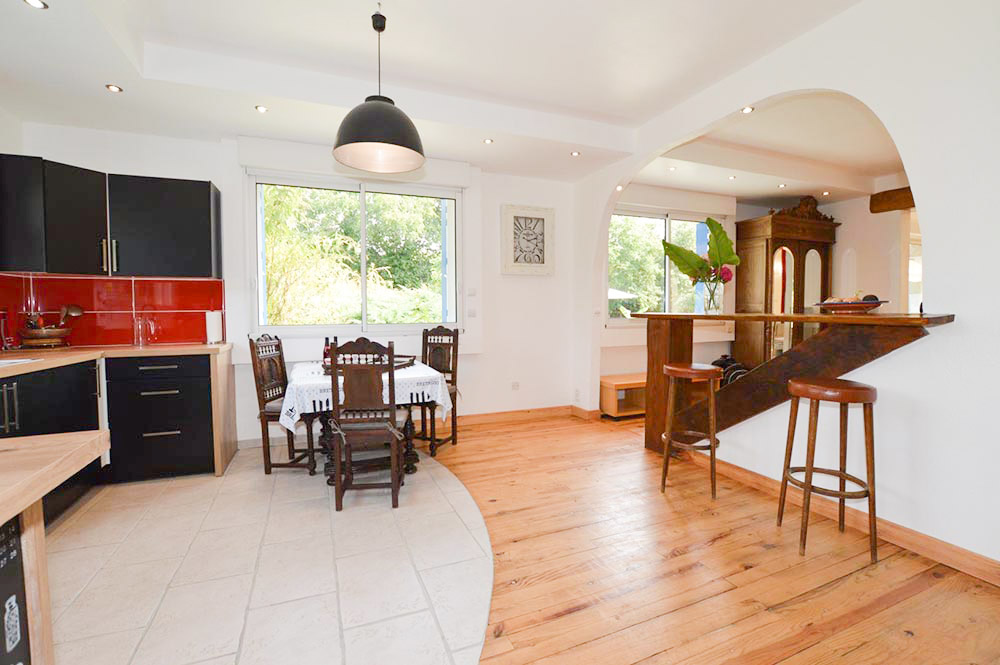 La cuisine ouverte avec vue sur le jardin